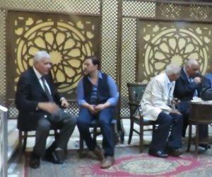 والد عمرو سمير يبكي في أحضان مدحت صالح
