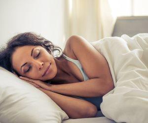 ضوء خافت وحمام ساخن مع سماع موسيقى.. 10 طرق للحصول على نوم عميق
