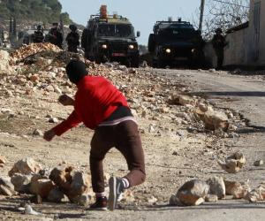 """انتفاضة الحجارة.. سلاح الفلسطينيين القديم يظهر في وجه """"ترامب"""""""