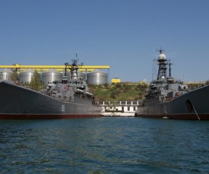 انقلاب سفينة شحن قبالة سواحل القرم على متنها بحارة سوريين