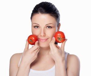لنضارة ونظافة البشرة الدهنية ... قناع الطماطم  بالعسل الأبيض