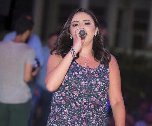 ياسمين نيازي تسترجع ذكريات حفلها الأخير بكلية التجارة بدمياط (صور)