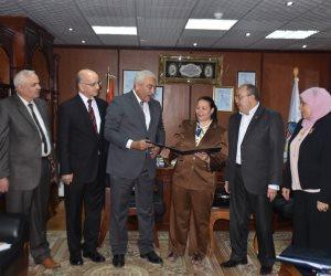 رئيس جامعة السادات يُسلم شهادات اعتماد هيئة الجودة لمعهد البحوث الوراثية