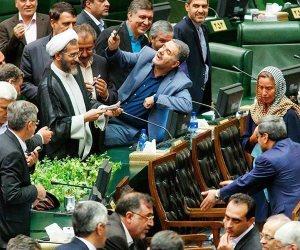 «بئر الحرمان».. مسؤولون إيرانيون يتهافتون لالتقاط «سيلفي» مع ممثلة الأوروبي