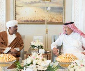 العاهل السعودي يلتقي الرئيس السوداني في مقر إقامته بالمغرب