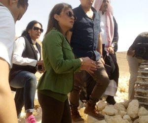 سحر نصر تتابع أعمال حفر الطرق بسيناء فوق إحدى الجبال