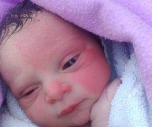 مواطن يعثر علي طفلة عمرها 3 أيام بطريق أسيوط الغربي وآخر يتبناها