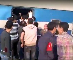 تداول فيديو لركاب يدخلون القطار على الأعناق بمحطة بنها