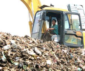 """""""رئيس تنظيم المخلفات"""": ننتظر رد الكهرباء على دراستنا لتحويل القمامة لطاقة"""