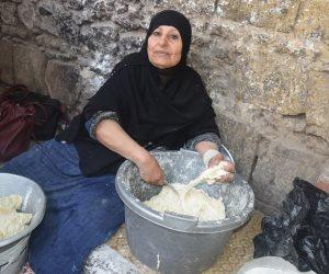 «أم ندى».. حدوتة صنع رقاق العيد بطعم «شارع المعز» (فيديو)