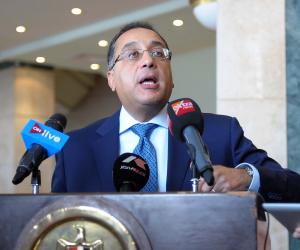 وزير الإسكان يصدر 53 قرارا إداريا لإزالة مخالفات البناء بقرية سياحية