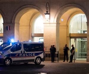 اشتباكات في الشانزليزيه.. الغاز لتفريق المتظاهرين والشرطة الفرنسية تحذر من انتشار البلطجة