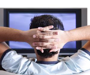 جلوس الأطفال أمام شاشات التليفزيون لوقت طويل يؤثر بالسلب في مرحلة المراهقة