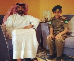 «لعب عيال».. أمير قطر يقلد طفلاً رتبة لواء أركان بالحرس الأميري.. ومغردون: «هيحارب بالمصاصة»