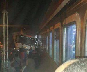 سيارة نقل اقتحمت مزلقان «قلوصنا» أثناء غلقة لمرور القطارات بالمنيا (صور)