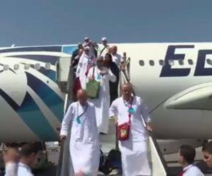 شاهد.. لحظة وصول بعثة حجاج القوات المسلحة إلى مطار القاهرة (فيديو)