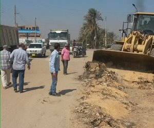 بدء أعمال رصف طريق 242 بمطاي بالمنيا