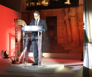 العناني يدعو العالم لزيارة مصر خلال مشاركته باحتفالية أبوسمبل بفرنسا (صور)