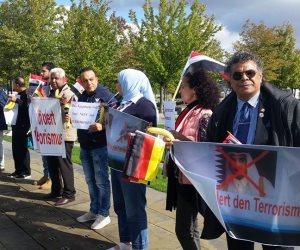 «الموز» سلاح الجاليات العربية للاحتجاج على زيارة تميم إلى ألمانيا (صور)