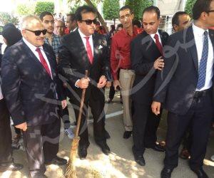 صورة| وزير التعليم العالي «يكنس» جامعة القاهرة