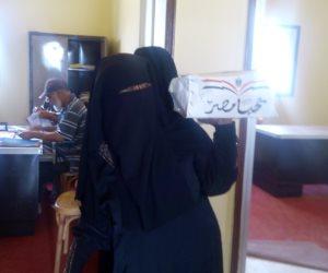 توزيع 100 كرتونة مواد غذائية على المنقولين من الشيخ زويد ورفح (صور)