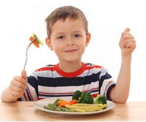 مع اقتراب الدراسة نمي ذكاء طفلك.. وقدمي له البيض والسبانخ والأسماك