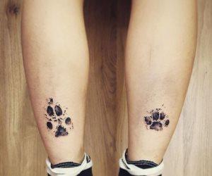 تخليدا لذكراهم.. أصحاب كلاب يرسمون أوشمه على أجسادهم من مخالب حيوانهم الأليف