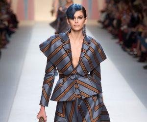 """3 إطلالات مختلفة لعارضة الأزياء الشهيرة """"كايا جيربر"""" في أسبوع الموضة بميلان"""