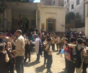 """أولياء أمور طلاب مدرسة """"باحثة البادية"""" يتجمهرون احتجاجا علي بدء الدراسة فترة مسائية بأسيوط (صور)"""