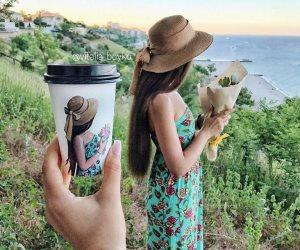بلوجر اوكرانية تقوم برسم صورها الطبيعية على اكواب قهوتها الصباحية .