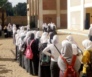 حصاد أول يوم دراسة.. المحافظون ووكلاء وزارة التعليم يشهدون طابور الصباح وتحية العلم