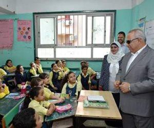 محافظ الشرقية يحضر طابور الصباح ويشرح مفهوم المواطنة للطلاب بالحصة الأولى  (صور)