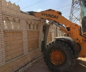 إزالة محطة خرسانة جاهزة على حوض تجميع مخر سيل في إدارة شرق الفيوم