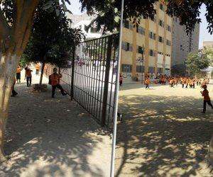 """أولياء أمور طلاب مدرسة حكومية بـ""""عين شمس"""" يشكون عدم وجود بوابات آمنة (صور)"""