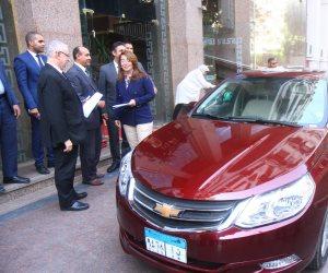 من جيبه الخاص.. الرئيس السيسي يهدي الأولى على الثانوية العامة سيارة (صور)