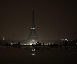 بعد هجومي لاس فيجاس.. برج إيفل يطفئ أنواره (صور)