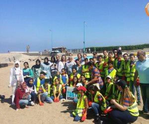 بالصور .. شباب مدارس الثغر يجملون شواطئ الاسكندرية بجهودهم الذاتية