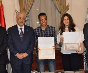 وزير التعليم يكرم ثلاثة طلاب من المتفوقين بالثانوية العامة (صور)
