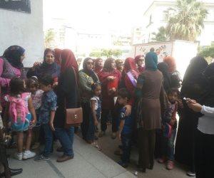 أولياء أمور يطالبون بتوفير أماكن لأبنائهم بالمدارس التجريبية بالدقهلية (صور)