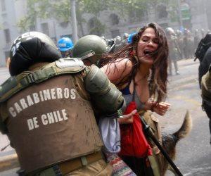 """قوات مكافحة الشغب تعتقل """"متظاهر"""" ضد يوم كولومبوس في سانتياجو (صور)"""