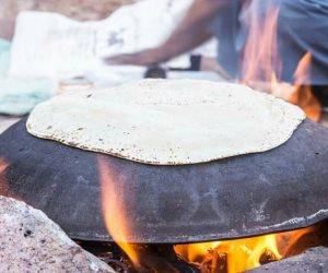 """خبز  """"الفراشيح"""" أساس مكونات """"الفتة"""" ورفيق موائد العزائم بسيناء(صور)"""