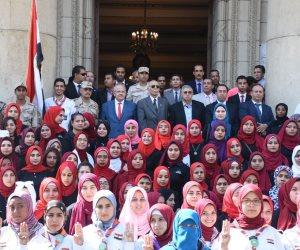 """طلاب جامعة عين شمس يهتفون """"فريق كبير يا أهلي"""" قبيل حفل شارموفرز"""
