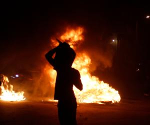 بعد مقتل سيدة في مشاجرة.. عائلتها تشعل النيران في 10 منازل بالشرقية