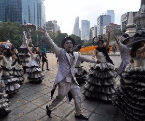 """احتفالا بـ""""يوم الموتى"""" .. """"الزومبى"""" يحتلون شوارع مكسيكو سيتى """"صور"""""""