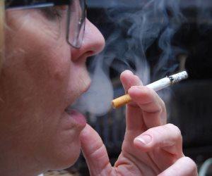 بعد رفع أسعارها.. شعبة الدخان تنتج سجائر لمحدودي الدخل والأطباء يحذرون: تسبب الدرن