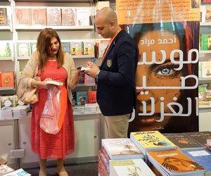 """أحمد مراد يوقع رواية """"موسم صيد الغزلان"""" في معرض الشارقة الدولي للكتاب (صور)"""