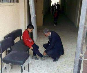 مدير مدرسة بحلوان يربط الحذاء لأحد طلابه.. والمعلمون: نموذج يحتذى به
