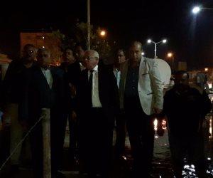 """محافظ بورسعيد يتفقد رفع تراكمات مياه الأمطار في بعض الشوارع .. ويعنف رؤساء الأحياء  """"صور"""""""