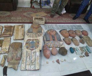مباحث السياحة تضبط متحف قطع أثرية متنقل قبل بيعه بالفيوم (فيديو وصور)