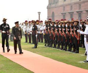 وزير الدفاع يعود إلى أرض الوطن بعد زيارة رسمية للهند (صور)